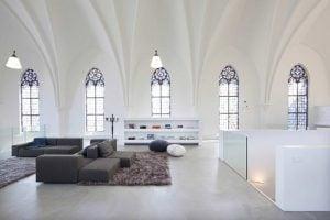 casa dentro de una iglesia
