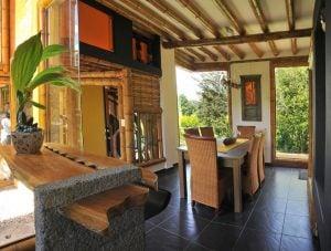 Interior casa de bambú